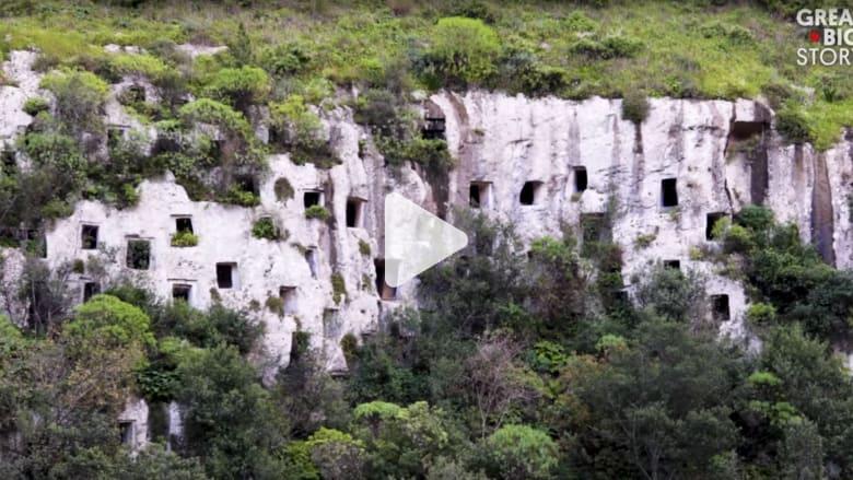 معلقة في جدران وادي سحيق.. مقبرة غريبة في صقلية