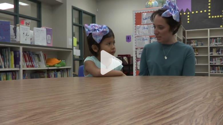 معلّمة تقص شعرها لدعم طفلة في الـ5 تعرّضت للتنمر
