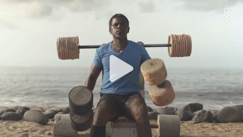 هذا الرجل يحول القمامة على الشاطئ إلى صالة رياضية مجانية