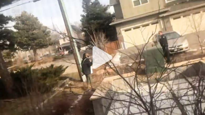 شرطي يُشهر سلاحاً بوجه رجل أسود كان يجمع القمامة بأمريكا