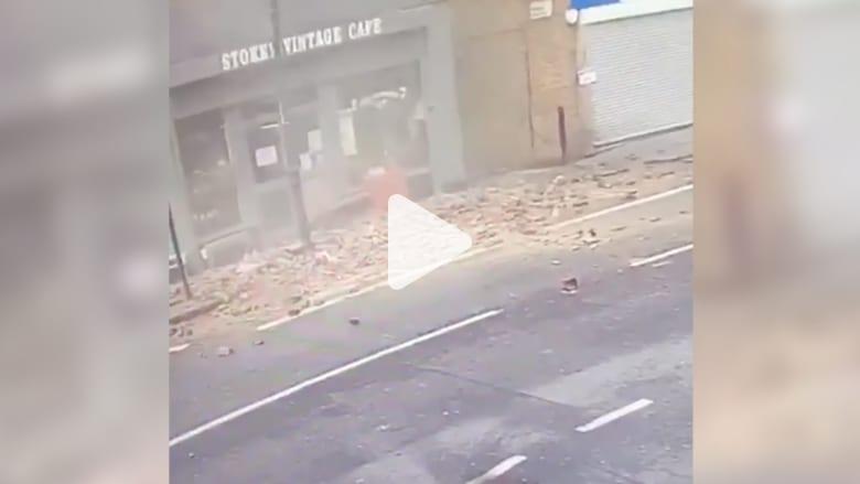 نجاة رجل محظوظ من انهيار جزء من سقف مبنى