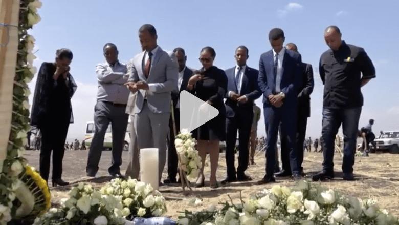 شاهد.. عائلات ضحايا الطائرة الإثيوبية المنكوبة بموقع الحادث