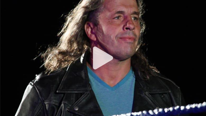 معجب يهاجم مصارعا محترفا ويلقيه أرضا في حلبة WWE