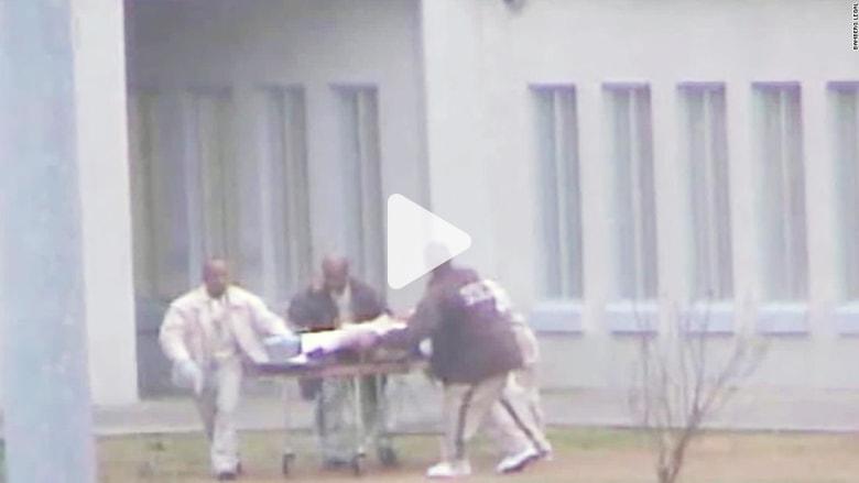 موظفو سجن في أمريكا يسحبون رجلا ويتركونه ينزف حتى الموت