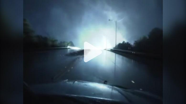 انفجار محولات كهربائية يحول الظلام في تكساس لعرض ضوئي مبهر