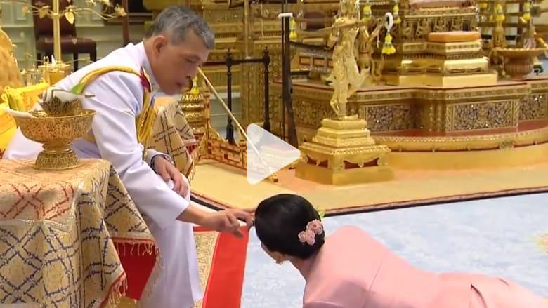 ملك تايلاند يتزوج قائدة حرسه الشخصي
