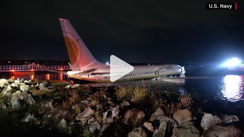 شاهد.. طائرة ركاب تنحرف وتنزلق الى نهر بفلوريدا