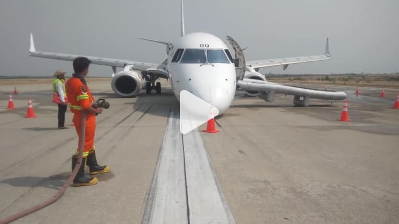 طيار يقوم بهبوط اضطراري بدون العجلات الأمامية للطائرة