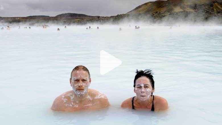 """السباحة ببحيرة """"بلو لاغون"""" في """"عز"""" الجليد ممكن لهذه الأسباب"""