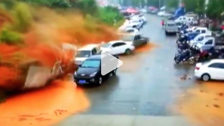 انهيار أرضي يبتلع عشرات السيارات بالصين و60 قتيلا بالفيضانات