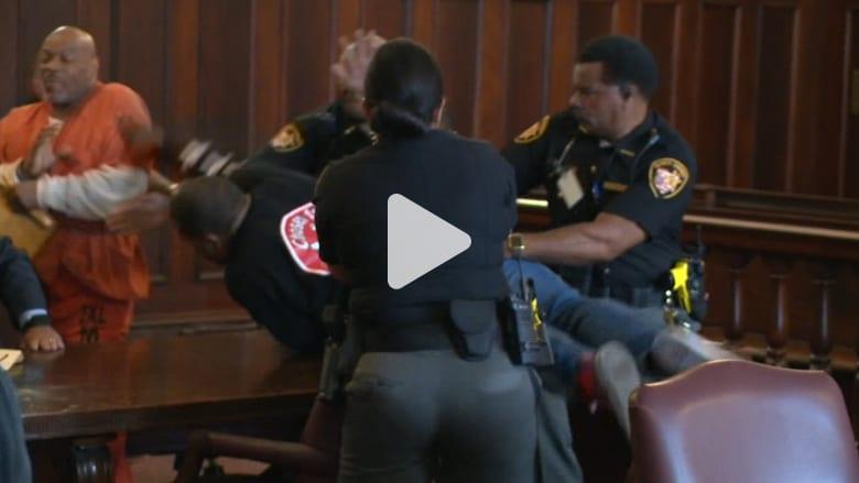 أبناء يهاجمون قاتل والدتهم في قاعة المحكمة