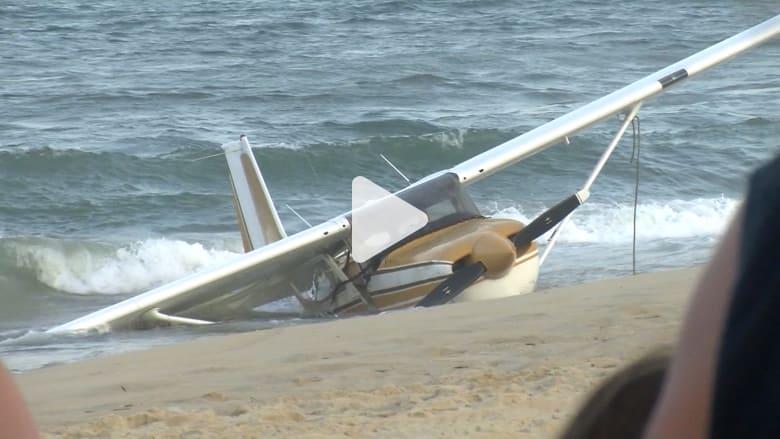 هبوط اضطراري لطائرة بالقرب من روّاد شاطئ في أمريكا