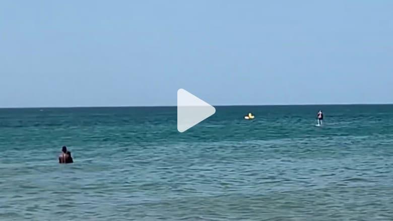 عملية إنقاذ مثيرة لطفل صغير سحبته الأمواج بعيدا عن الشاطئ