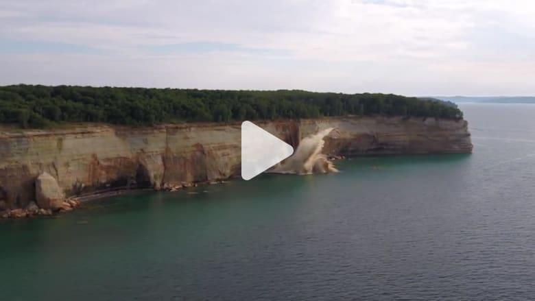 """لحظة انهيار جزء من منحدر صخري قرب عدة أشخاص في قوارب """"كاياك"""""""