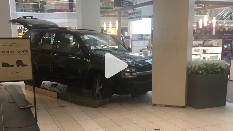سائق يقتحم مركزًا للتسوق بسيارته ويحطم واجهات المتاجر