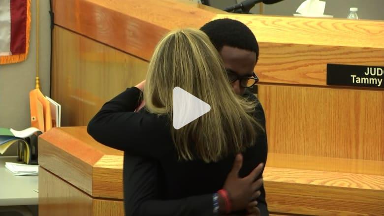 بعد حكم بسجنها.. شاب يقف وسط المحكمة ويحضن شرطية قتلت شقيقه