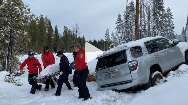 العثور على عجوز بسيارة مدفونة تحت الثلج بعدما فقدت لأسبوع