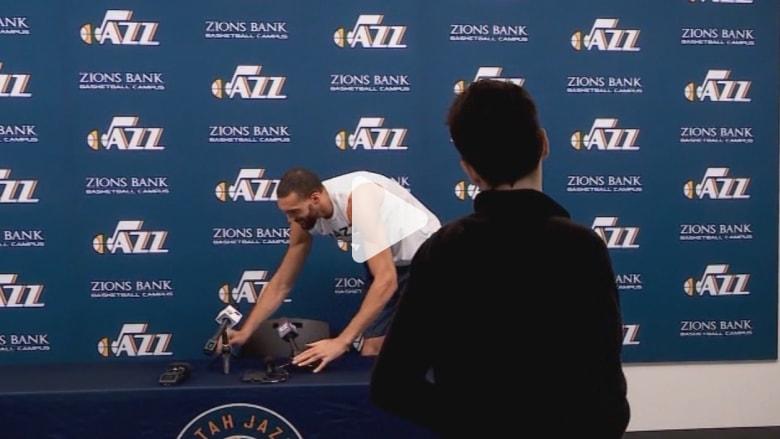 بعد أن تبين أنه مصاب بفيروس كورونا.. لاعب السلة الأمريكي يعتذر عن لمس مايكروفونات الإعلاميين