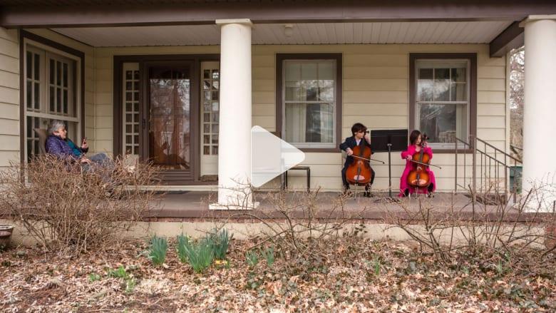 شقيقان يؤديان حفلة موسيقية لجارتهما في الحجر الذاتي