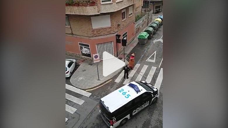 """الشرطة الإسبانية توقف ديناصور """"T-Rex"""" كسر حظر التجول"""