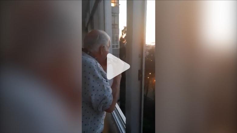 رجل مصاب بالزهايمر يعتقد أن سكان مدينة اسبانية يصفقون له ليلياً وسط انتشار فيروس كورونا