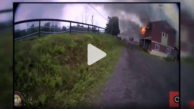 شاهد.. لحظة إنقاذ حصان من النيران داخل حظيرة مشتعلة