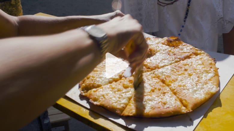 يقبل عليها الناس من كل مكان.. هل تجرب البيتزا الطائرة في كوبا؟