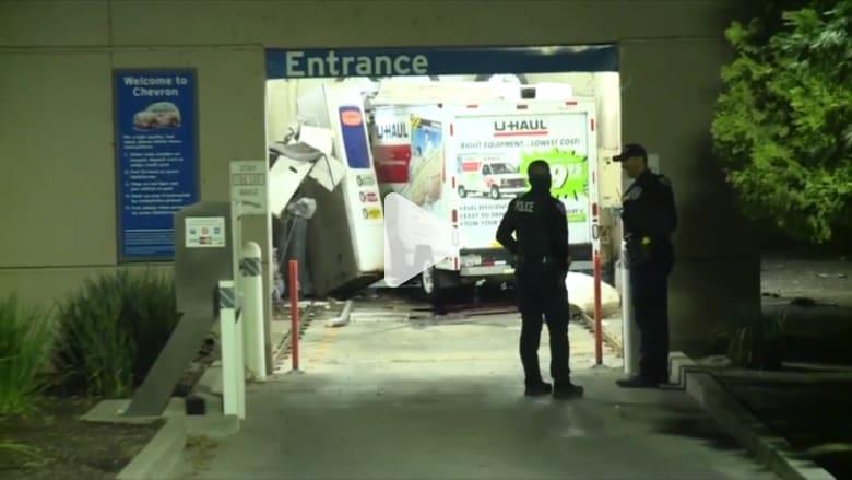 امرأة تسرق شاحنة من شركة تأجير وتحاصرها في مغسلة سيارات