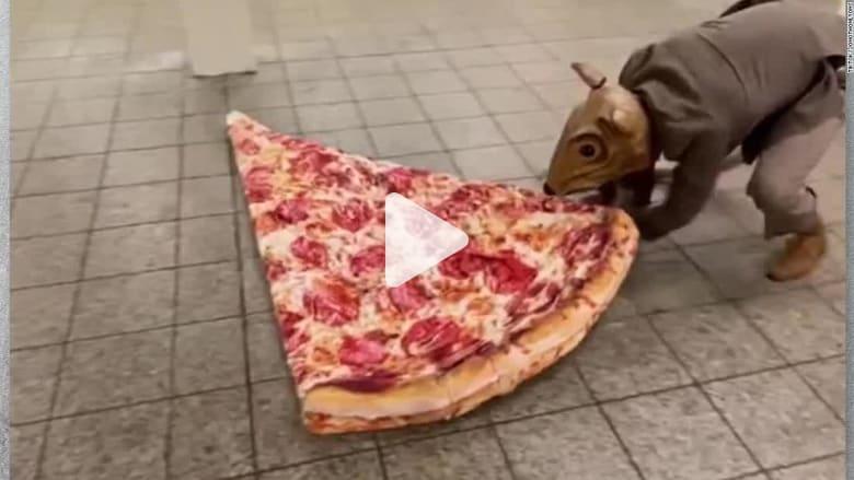 """شاهد """"جرذ بيتزا بشري"""" يتجول في نيويورك ومفاجأة لم يتوقعها في الشارع"""