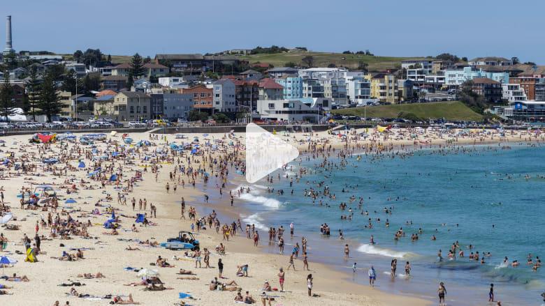 """الناس """"يهربون"""" إلى الشواطئ في أستراليا مع ارتفاع درجات الحرارة إلى مستوى قياسي"""
