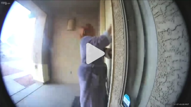 في اللحظات الأخيرة.. شاهد لحظة إنقاذ امرأة جيرانها من منزل يحترق