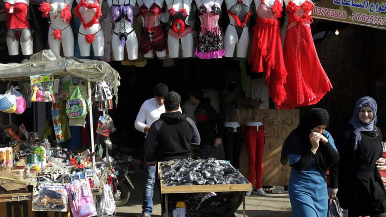 """بيروت..ثورة الملابس الداخلية الحمراء اللون في """"عيد الحب"""""""