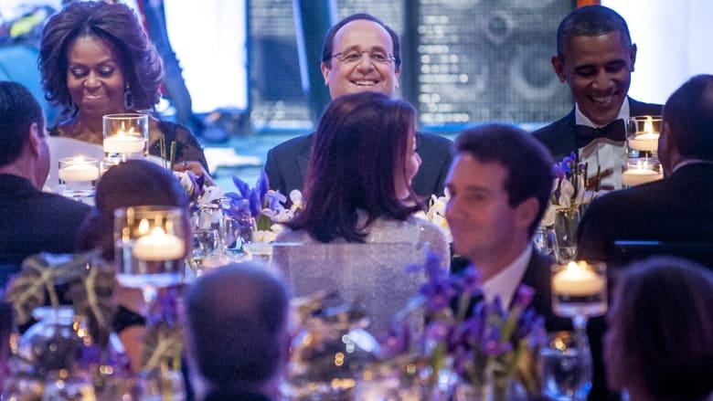 """فستان ميشيل الأزرق يخلب الأنظار بعشاء """"الكافيار"""" في البيت الأبيض"""
