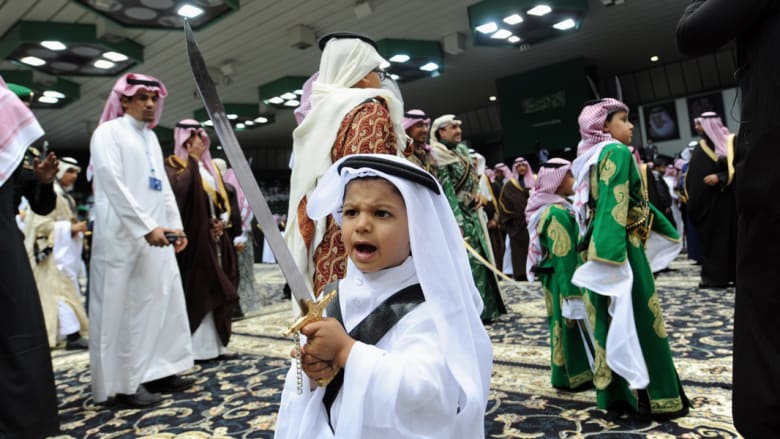 طفل يرقص الرقصة السعودية التقليدية