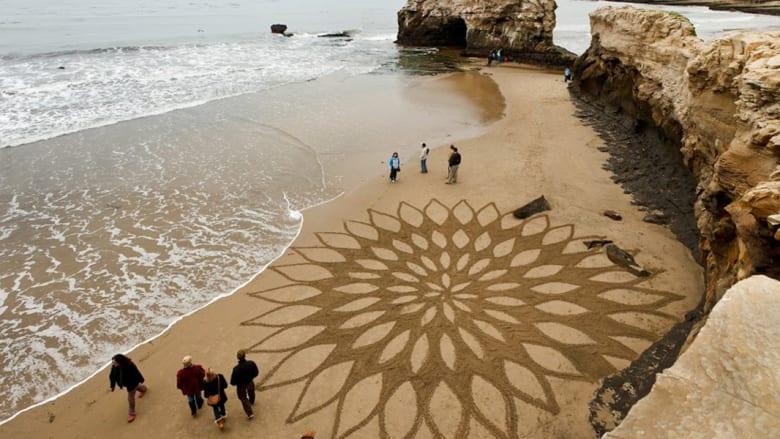 شاهدوا هذه الإبداعات الفنية قبل أن يجرفها مد البحر