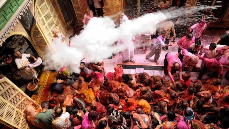 الهندوس يحتفلون بهولي.. عيد الألوان بالهند