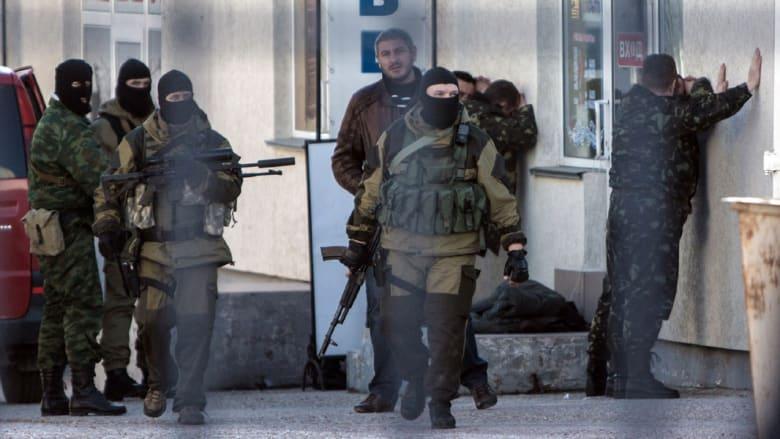 بالصور.. اعتقال قوة يُعتقد أنها روسية لجنود أوكرانيين بالقرم