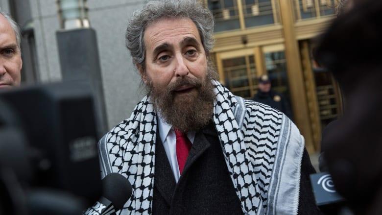 محامي صهر بن لادن مرتديا الكوفية: موكلي مسلم وعربي وإمام... وإنسان
