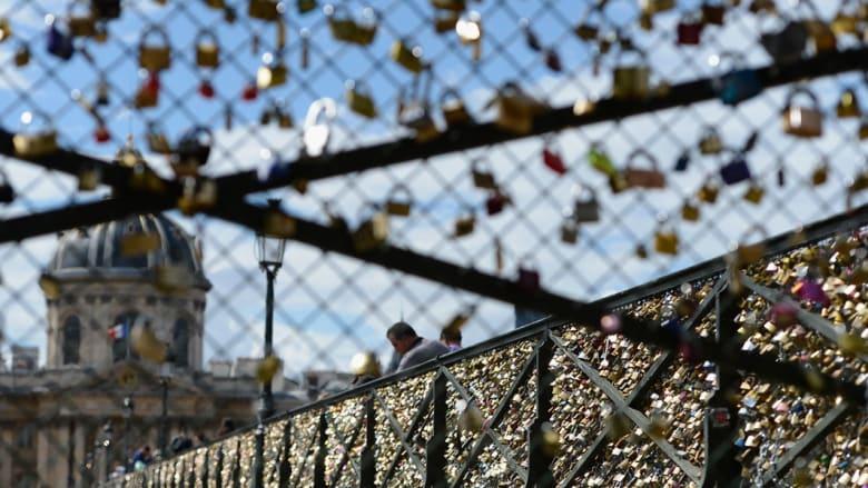 جسر العشق الأبدي في باريس يصرخ: حرروني من أقفال الحب