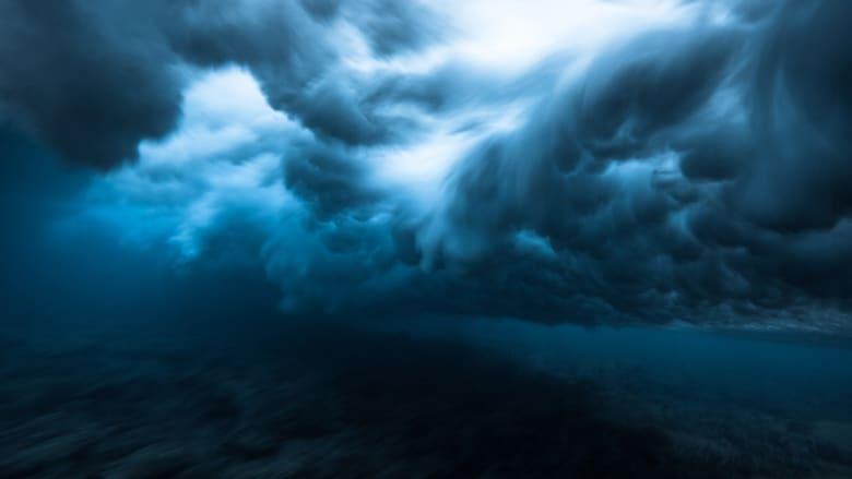 تظهر هذه الأمواج تحت الماء كغيوم سوداء.