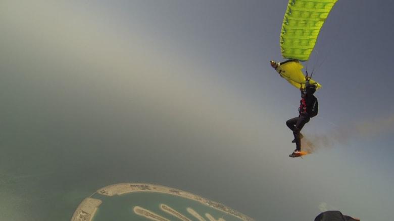بالصور..دبي تحقق الرقم القياسي العالمي بالهبوط بأصغر مظلة