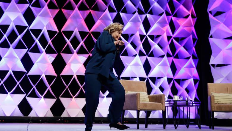 هيلاري كلينتون وهي تحاول تفادي الحذاء الطائر خلال خطابها بلاس فيغاس.