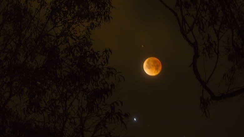 خسوف القمر الكلي كما بدا في منطقة من كيتو على مقربة من خط الاستواء