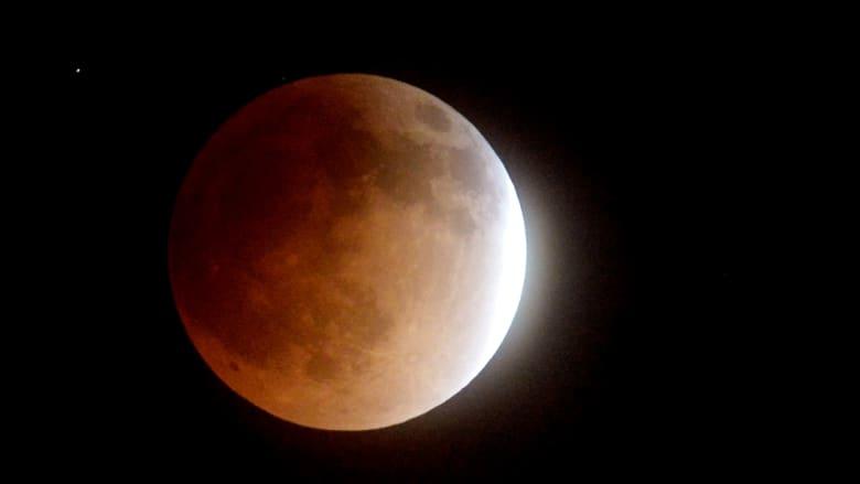 القمر يقترب من الخسوف الكلي كما ظهر في بوربانك بكاليفورنيا