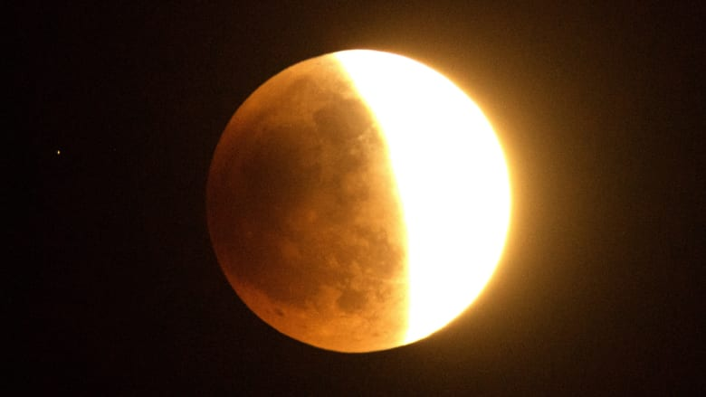 القمر في منتصف الطريق نحو الخسوف كما بدا من جنوب كاليفورنيا