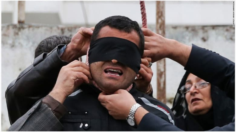 والدا الضحية يزيلان حبل المشنقة من رقبة قاتل ابنهما  المدان عبدالله حسينزاده.
