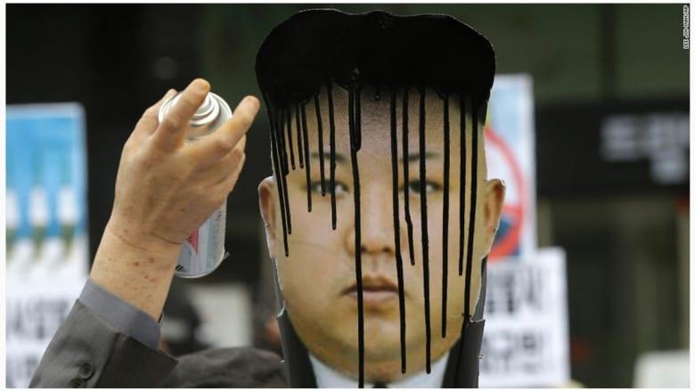 تشويه صورة الزعيم الكوري، كيم جونغ أون، من قبل أحد المتظاهرين خلال مسيرة في كوريا الشمالية.