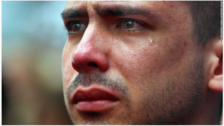 طالب في جامعة بوسطن ولحظة صمت في ذكرى مرور عام على تفجيرات ماراثون بوسطن.