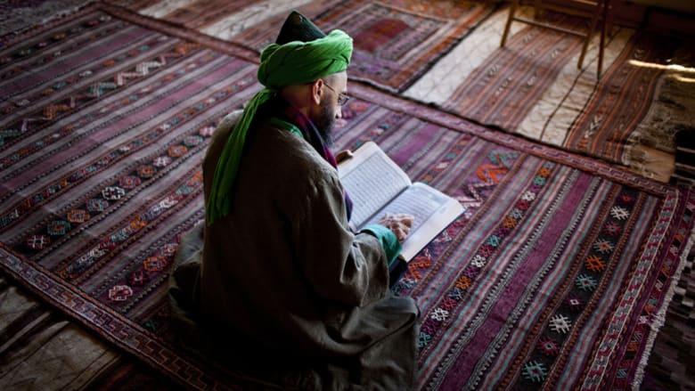 """شهاب الدين يقرأ القرآن في """"الدورجا"""" وهو مكان للعبادة."""