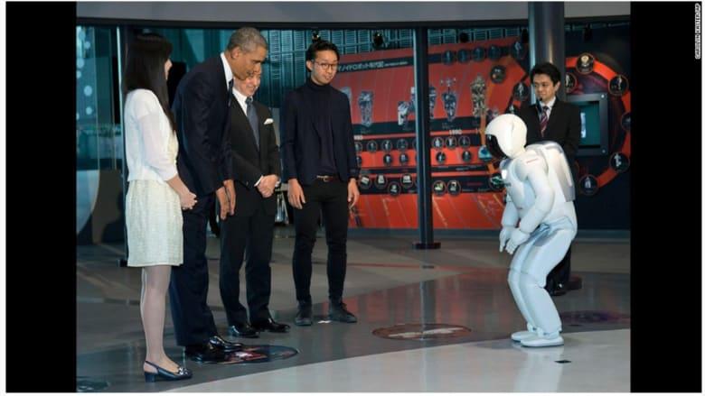 الروبوت أسيمو يستقبل الرئيس الأمريكي باراك أوباما خلال زيارته لليابان